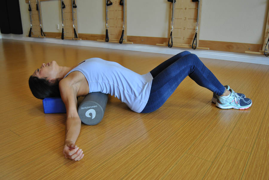 Sit On The Floor With Your Feet Flat On The Ground Or Legs Extended  Straight. Lie Face Up And Place The Foam Roller Under The Middle Of Your  Back/lower Part ...